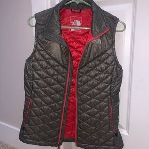 North face thin puffy vest